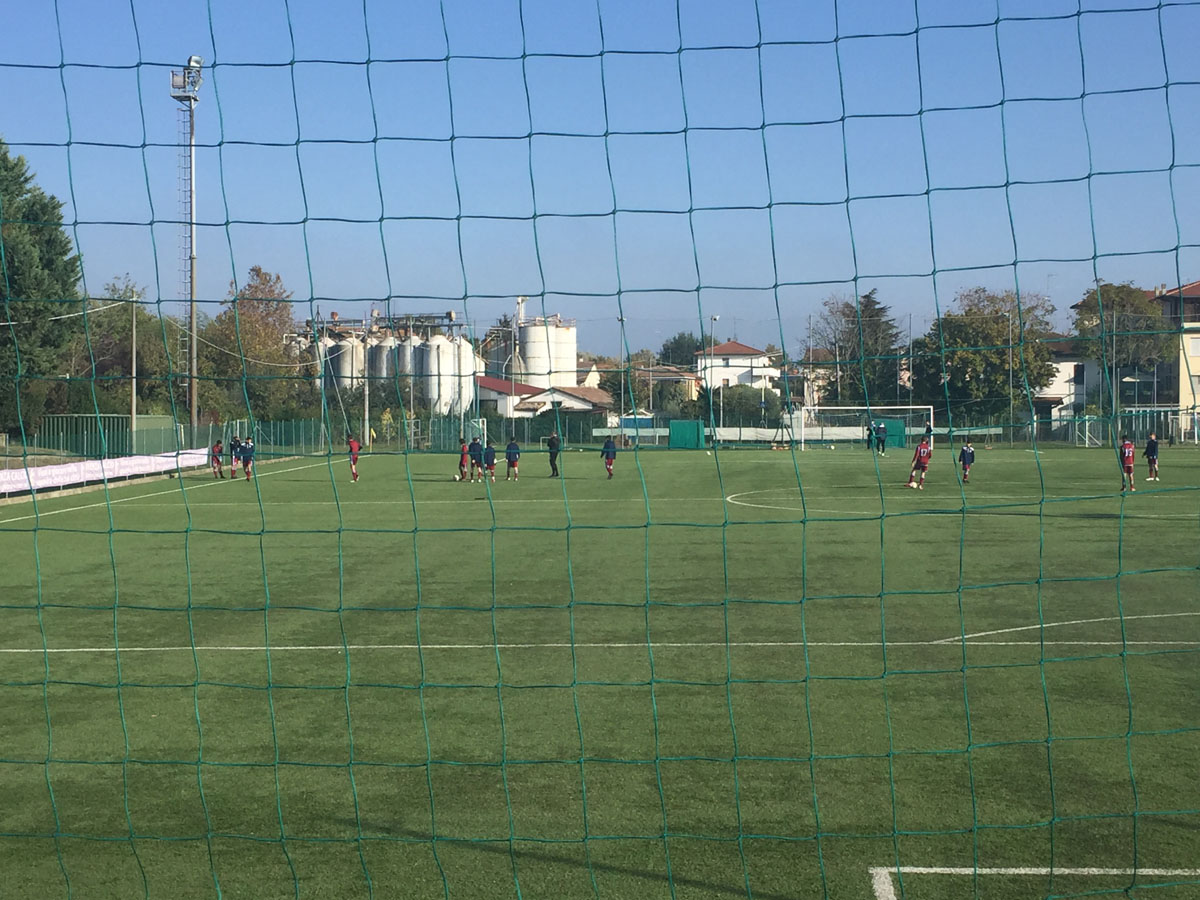 I 2004 in fase di riscaldamento a Faenza. I ragazzi di Marzocchi se la sono giocata alla pari con una squadra tecnicamente più forte nella media e più abituata a giocare sul manto sintetico.
