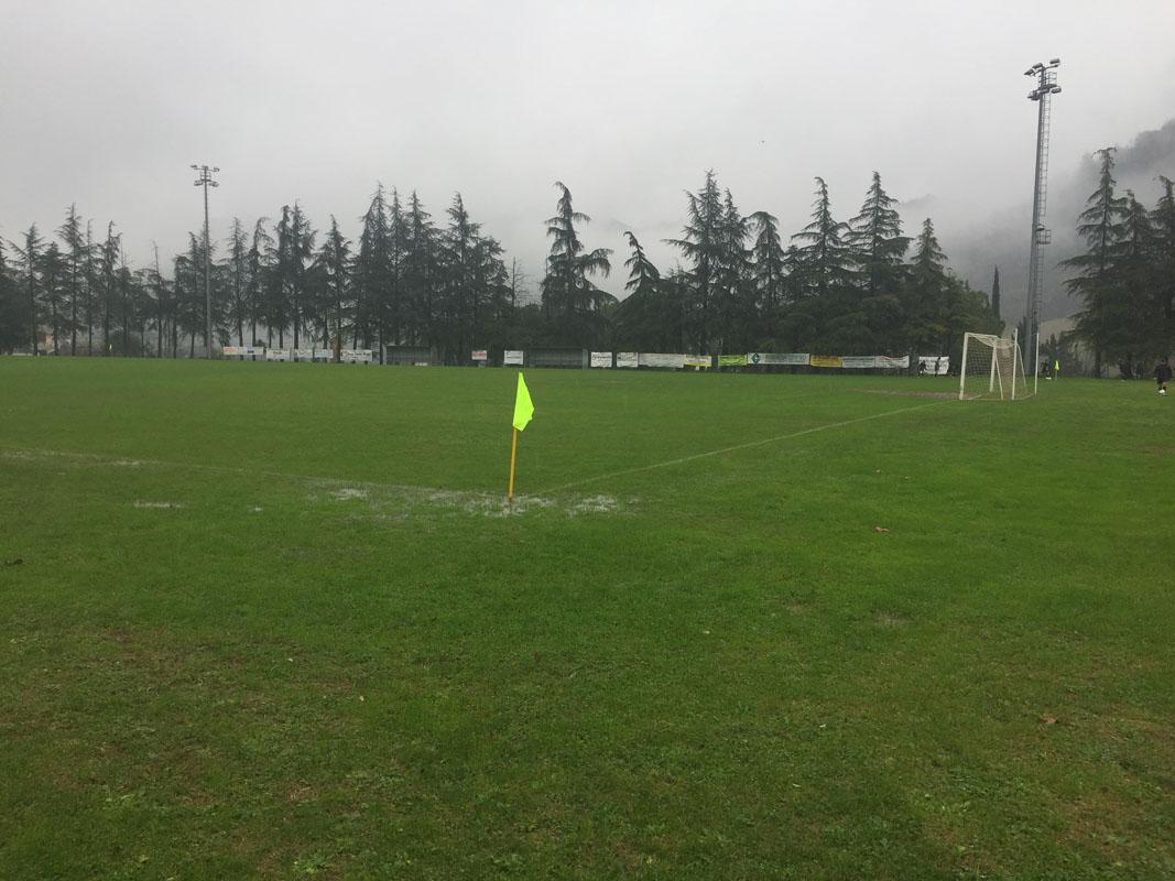 La partita è stata a rischio a causa della forte pioggia caduta domenica, ma alla fine si è giocato comunque e i ragazzi si sono divertiti, soprattutto nell'effettuare i contrasti in scivolata.