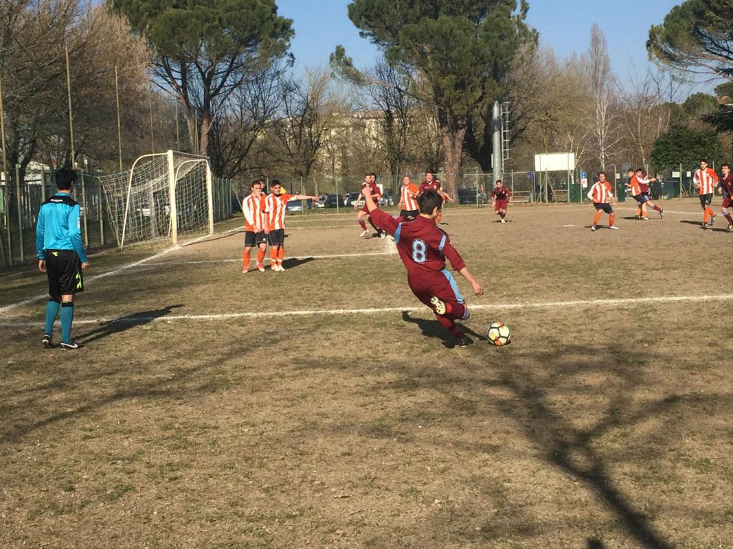 Nel corso della partita il Torre ha avuto diverse opportunità da calcio piazzato, ma non le ha sfruttate a dovere. Qui Ceccarelli mentre batte un calcio di punizione dal limite dell'area.