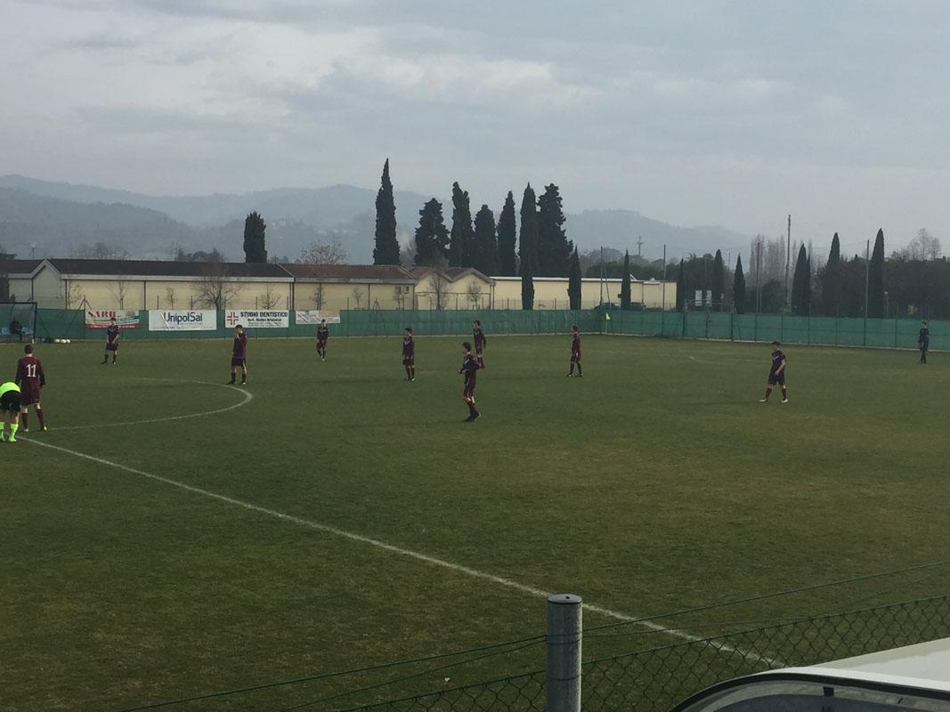 La squadra schierata prima del calcio d'inizio.