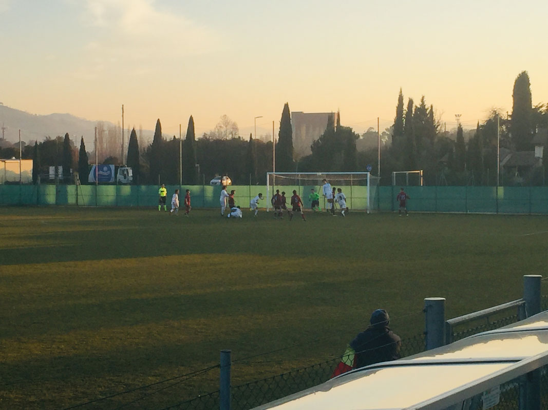 78' Bakia in vantaggio: calcio d'angolo, Ugone (qui in foto mentre si sta chinando per ricevere palla) incorna in rete il bel traversone dalla bandierina. Esce Domenichini, entra Passerini.